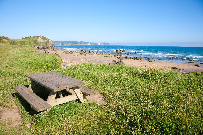 Vista de un banco junto a la Playa de Beciella y el Mar Cantábrico en Caravia, Asturias