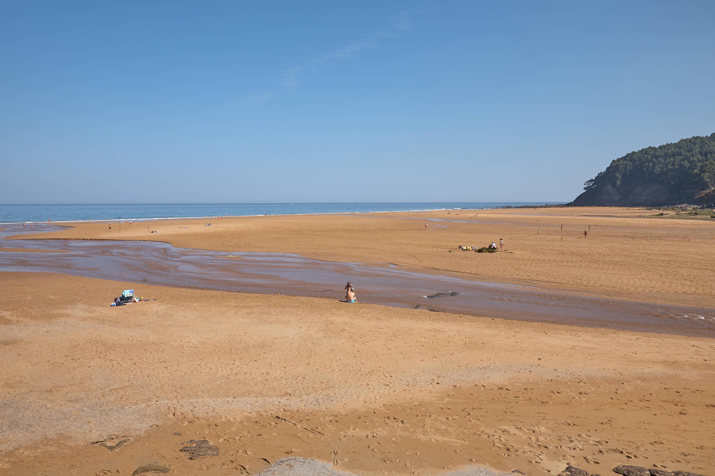 Vista  de la Playa de La Griega con marea baja en Colunga, Asturias