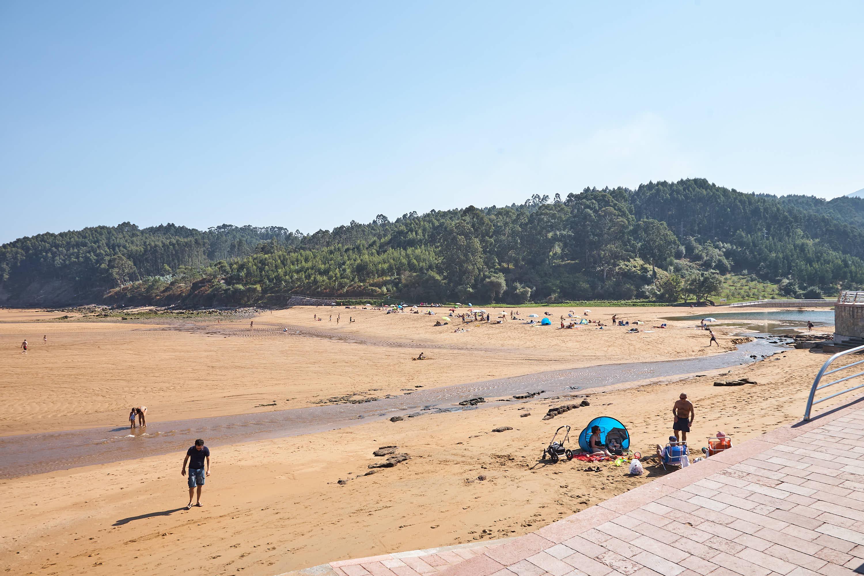 Vista del fondo de la Playa de La Griega en Colunga, Asturias