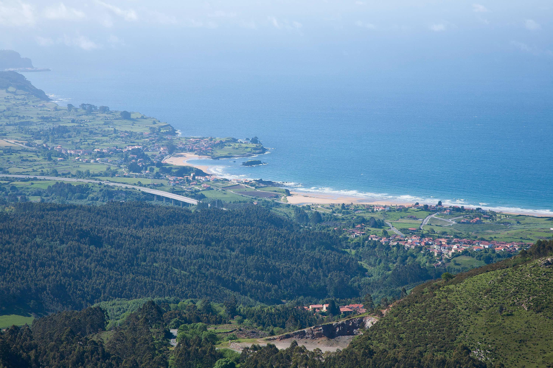 Vistas desde la Sierra del Sueve de la costa y las playas de La Espasa y La Isla, en Caravia y Colunga, Asturias