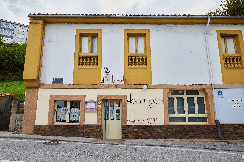 Fachada del Restaurante El Barrigon de Bertin en Lastres, Colunga, Asturias