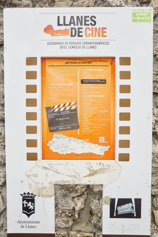 Placa de la ruta Llanes de Cine en Puertas de Vidiago, Asturias