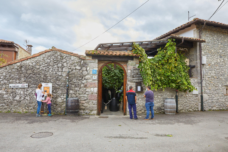Entrada al restaurante Casa Poli en Puertas de Vidiago, Llanes, Asturias