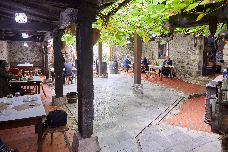 Patio del restaurante Casa Poli en Puertas de Vidiago, Llanes, Asturias