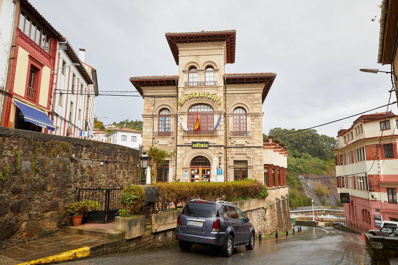 Fachada del restaurante Eutimio en Lastres, Colunga, Asturias