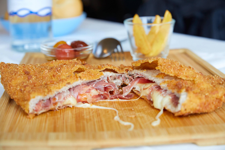Cachopo llamado Cacholetus del restaurante Eutimio en Lastres, Colunga, Asturias