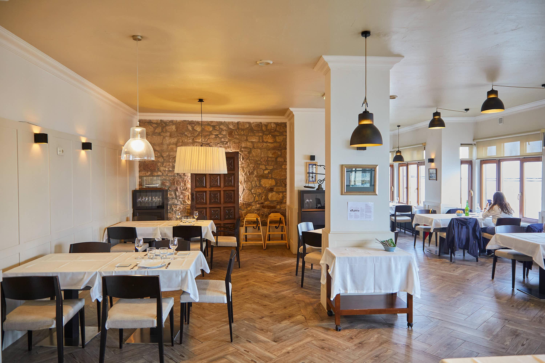 Salón interior del restaurante Eutimio en Lastres, Colunga, Asturias