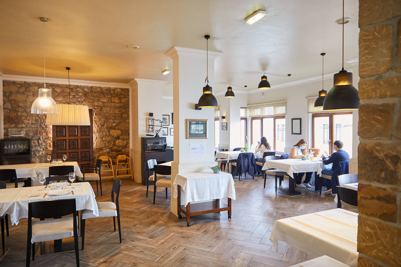 Salón principal del restaurante Eutimio en Lastres, Colunga, Asturias