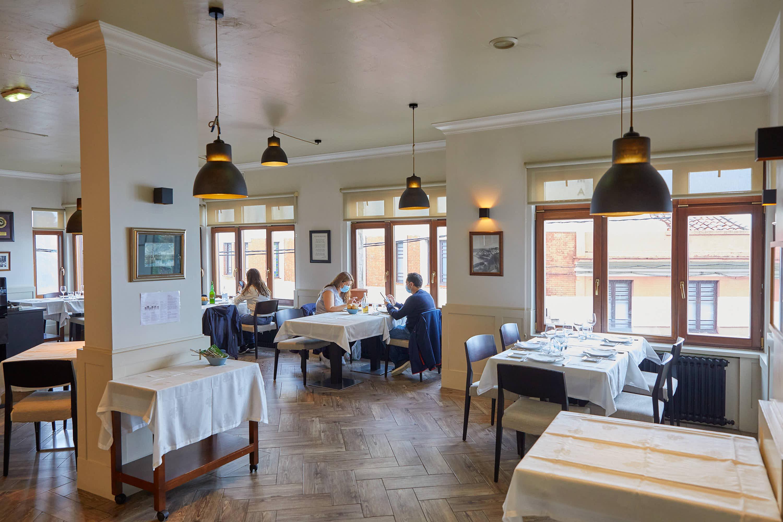 Comedor del restaurante Eutimio en Lastres, Colunga, Asturias