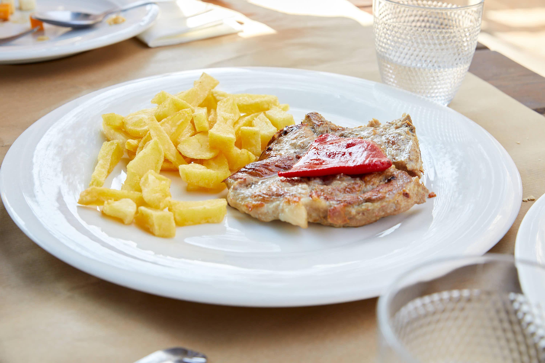 Chuleta de cerdo en el restaurante La Xagarda en Poo, Llanes, Asturias