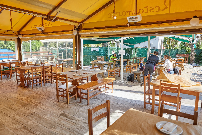 Comedor y jardin el restaurante La Xagarda en Poo, Llanes, Asturias