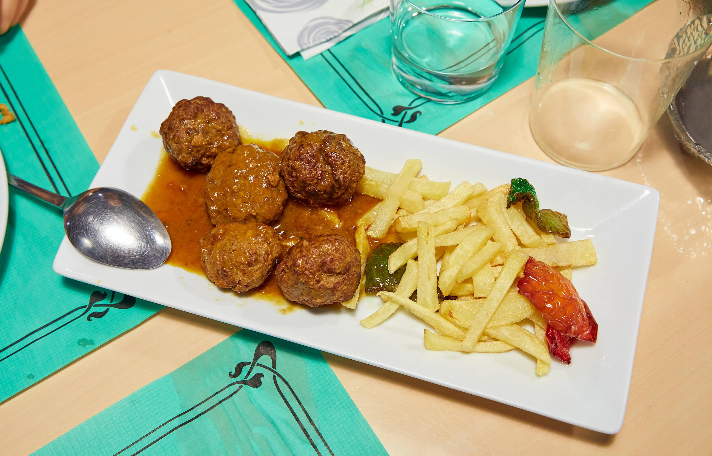 Albondigas con patatas y pimientos del restaurante Los Arcos en Cangas de Onis, Asturias