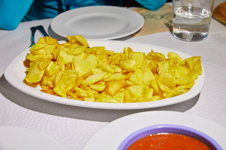Patatas bravas con la salsa a parte del restaurante El Polesu Casa Pinin, en Cangas de Onis, Asturias
