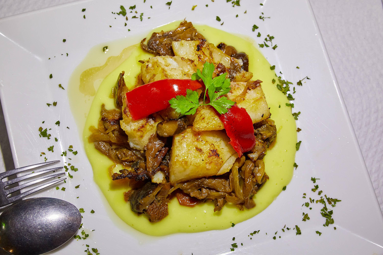 Bacalao salteado a nuestro estilo, desde arriba, del restaurante El Polesu Casa Pinin, en Cangas de Onis, Asturias