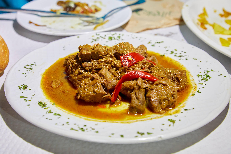 Carne de ternera guisada del restaurante El Polesu Casa Pinin, en Cangas de Onis, Asturias