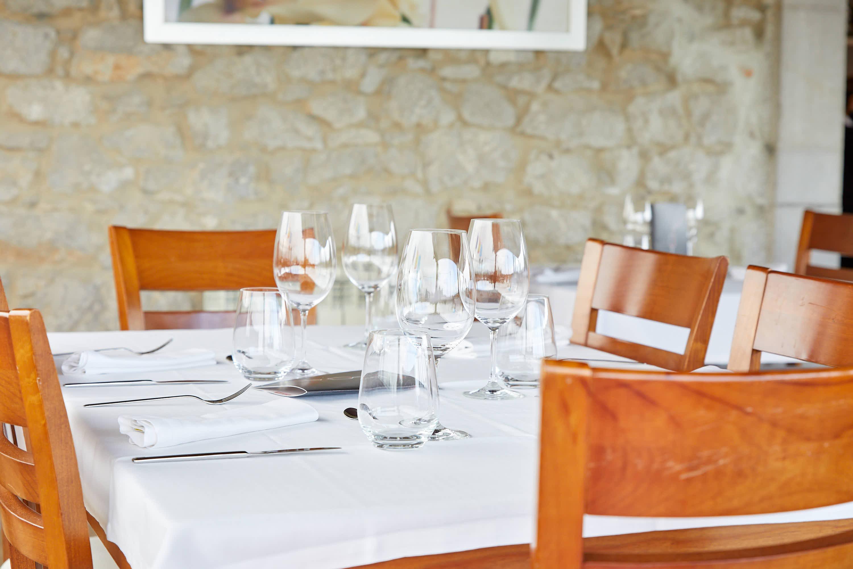 Detalle de mesa del comedor superior del restaurante Sibariz en Ribadesella, Asturias