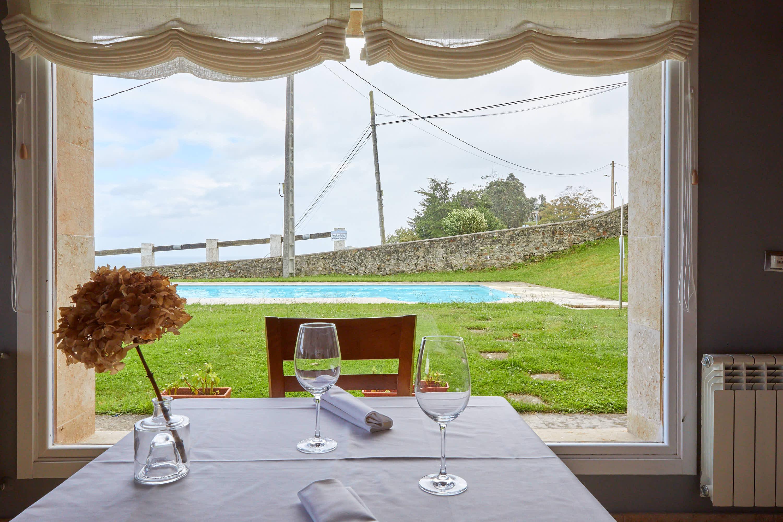 Ventanal del comedor inferior del restaurante Sibariz en Ribadesella, Asturias