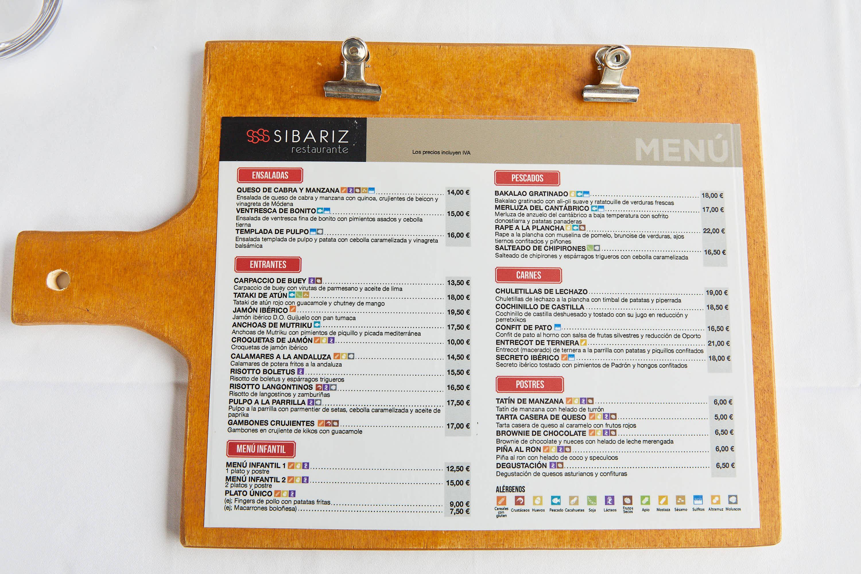 Mesa del comedor superior del restaurante Sibariz en Ribadesella, Asturias