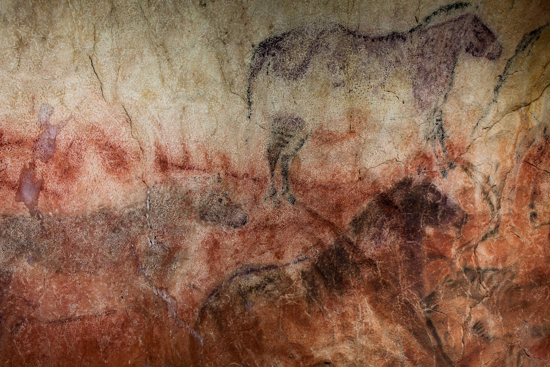 Detalle de pinturas rupestres en el panel principal de la Cueva de Tito Bustillo, en Ribadesella, Asturias