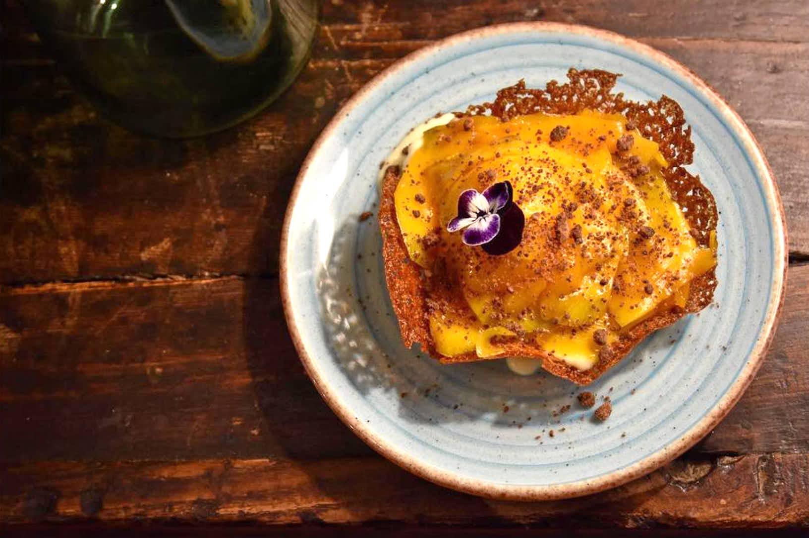 Galleta de naranja mango y crema inglesa del restaurante Molin de Mingo, en Peruyes, Cangas de Onis, Asturias