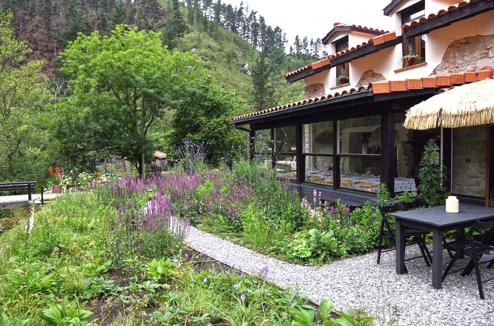 Exterior del comedor del restaurante Molin de Mingo, en Peruyes, Cangas de Onis, Asturias