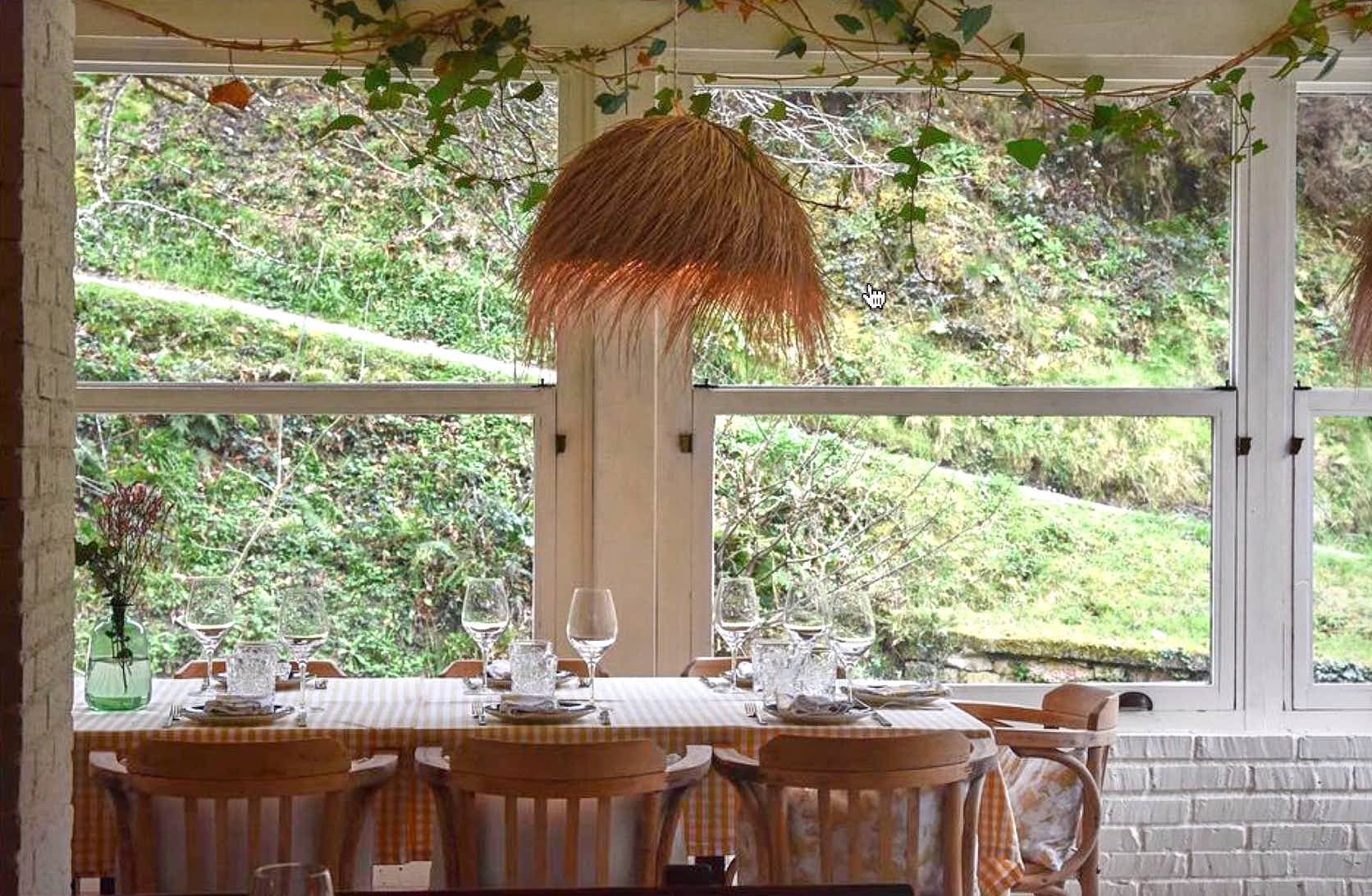 Mesa de interior del restaurante Molin de Mingo, en Peruyes, Cangas de Onis, Asturias