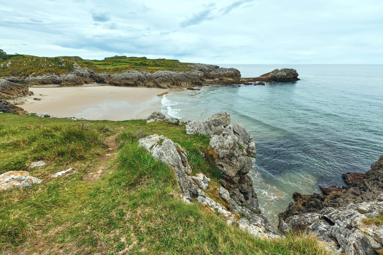 Vista lateral de la Playa de Huelga en Llanes, Asturias
