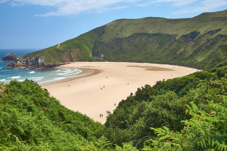 Playa de Torimbia rodeada de naturaleza en Llanes, Asturias