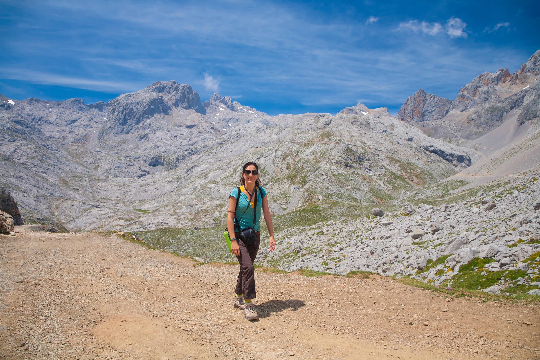 Mujer caminando en la ruta desde Fuente Dé a Horcados Rojos, Cantabria