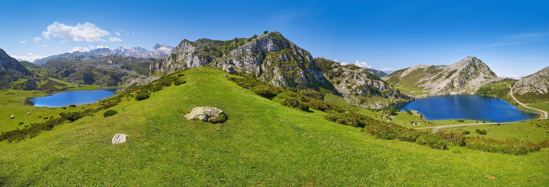 Mirador Entrelagos de los lagos Ercina y Enol en Covadonga, Cangas de Onis, Asturias