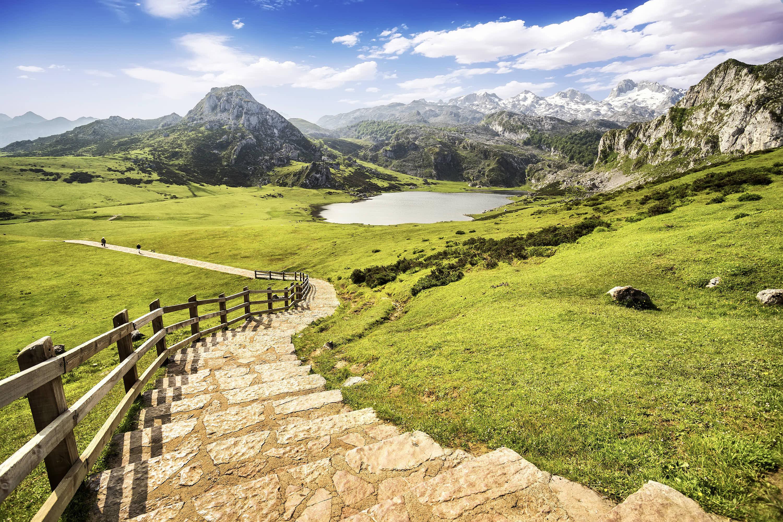 Bajada desde el Mirador Entrelagos al Lago Ercina en Covadonga, Cangas de Onis, Asturias