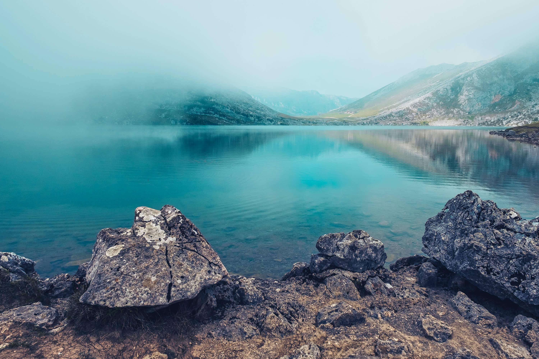 Paisaje mágico del Lago Enol con niebla, uno de los Lagos de Covadonga, Cangas de Onis, Asturias