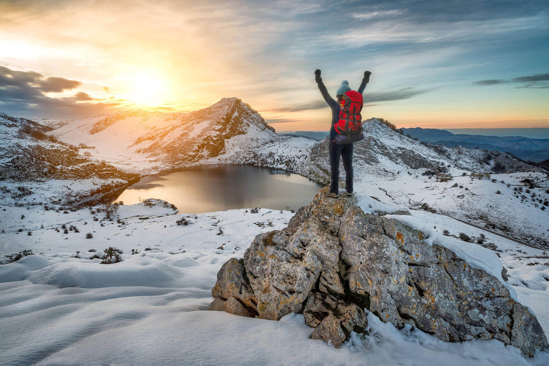 Aventurero en el MIrador Enrelagos, en invierno, sobre el Lago Enol, uno de los Lagos de Covadonga, Cangas de Onis, Asturias