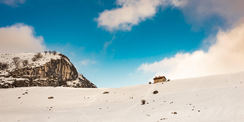 Mirador Entrelagos en invierno con nievel en Covadonga, Cangas de Onis, Asturias