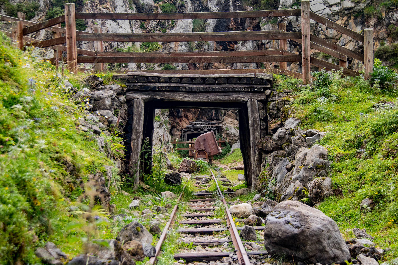 Via con vagones en las antiguas Minas de Buferrera, cerca de Cangas de Onis, Asturias