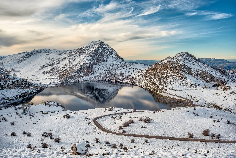 Lago Enol en invierno con nieve, uno de los Lagos de Covadonga, Cangas de Onis, Asturias