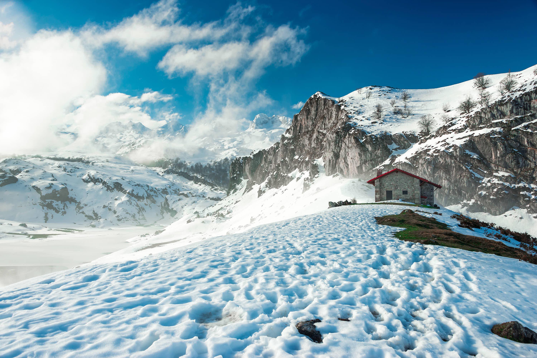 Refugio del Mirador Entrelagos en invierno con nievel en Cangas de Onis, Asturias