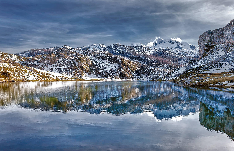 Lago Ercina desde la orilla en invierno con nieve, uno de los Lagos de Covadonga, Cangas de Onis, Asturias