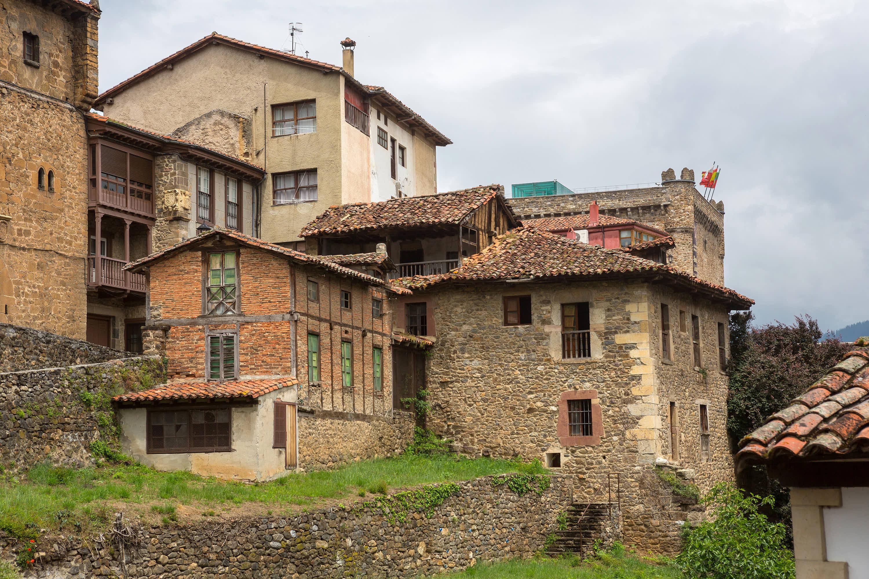 Antiguos edificios en la villa de Potes, en Cantabria
