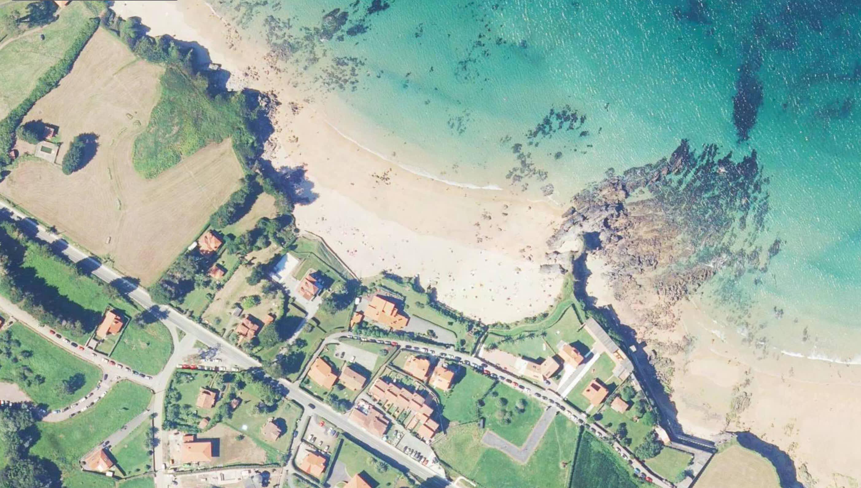 Vista aérea de la Playa de El Barrigón, en Colunga, Asturias.