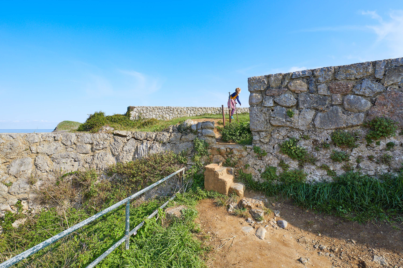 Escalones y acceso para llegar a la Playa de La Tayada y al Mirador de Borizo, en Celorio, Llanes, Asturias