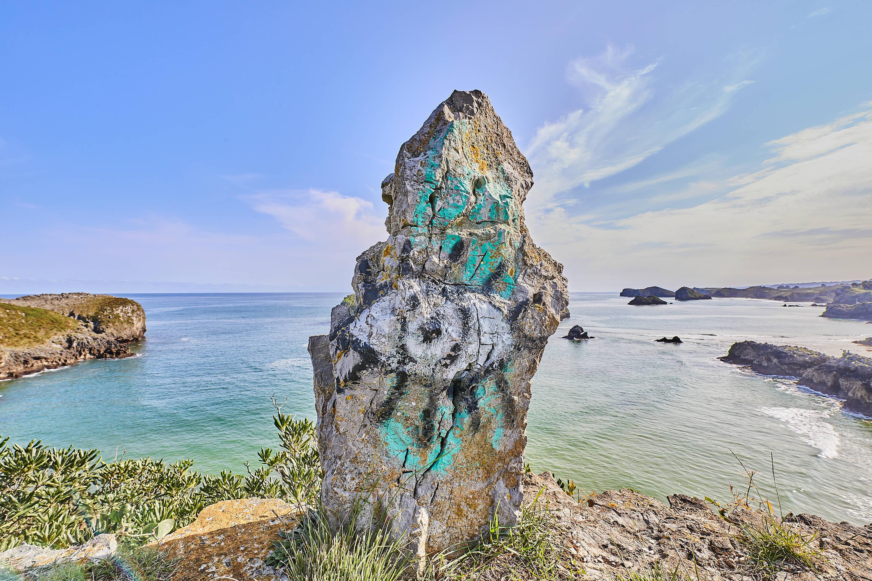 Roca con ojo pintado en el Mirador de Borizo, en Celorio, Llanes, Asturias