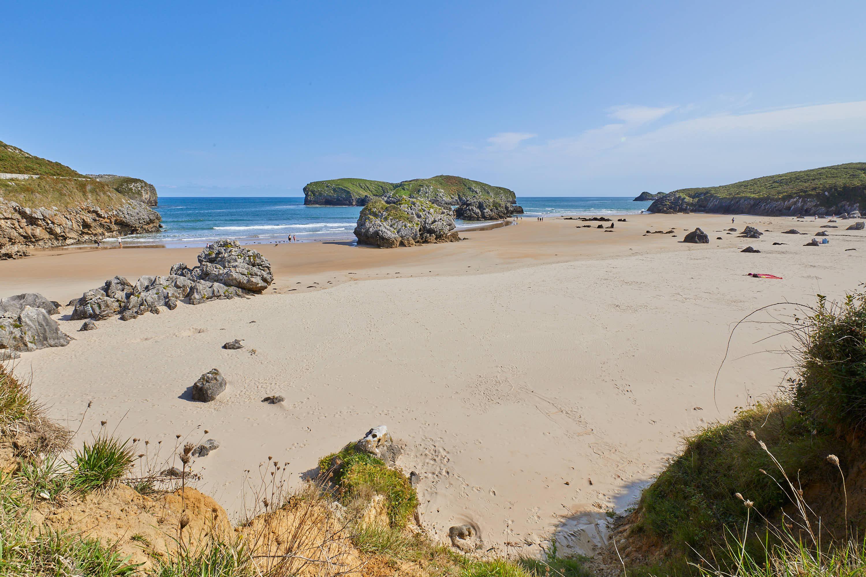 Playa de Borizo desde el fondo, en Celorio, Llanes, Asturias