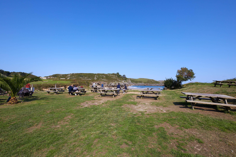 Mesas junto a la Playa de Borizo, en Celorio, Llanes, Asturias