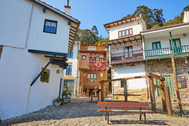 Emblemática Plaza del Riveru en Tazones, Villaviciosa, Asturias