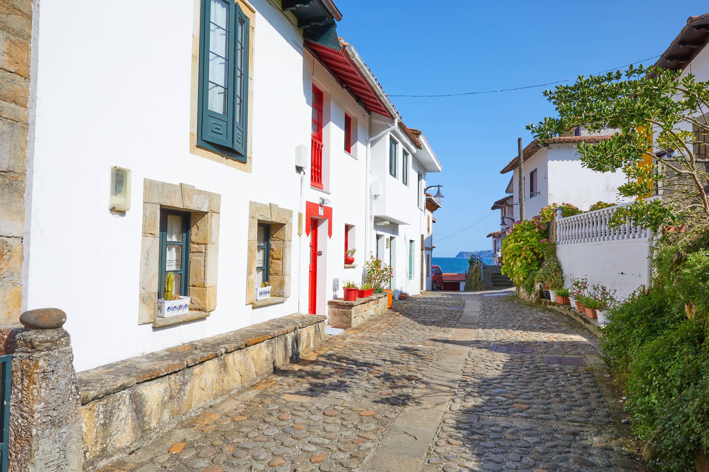 Calle ancha en Tazones, Villaviciosa, Asturias