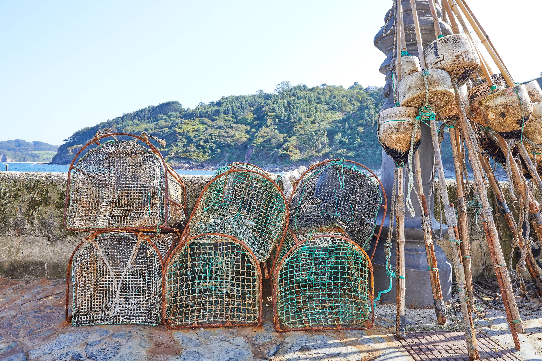 Nasas para pescar langostas, nécoras y crustáceos en el puerto de Tazones, Villaviciosa, Asturias