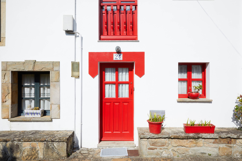 Puerta roja en Tazones, Villaviciosa, Asturias