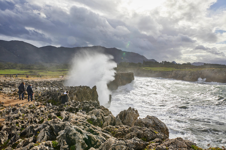 Gran ola en los Bufones de Pría, en Llames, Llanes, Asturias