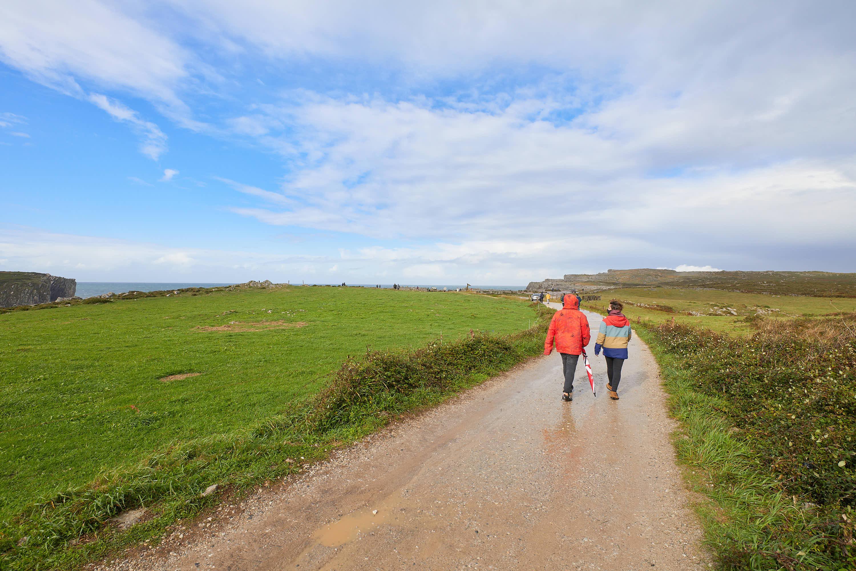 Camino hacia los Bufones de Pría, en Llames, Llanes, Asturias